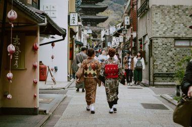 初詣に向かう着物女性