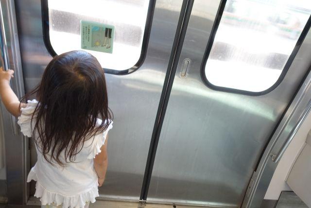 子どもが電車で歩き回るときの対処法