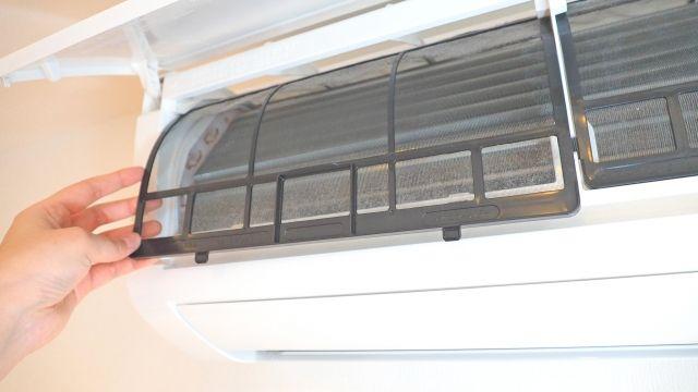 エアコンのフィルターを掃除している画像