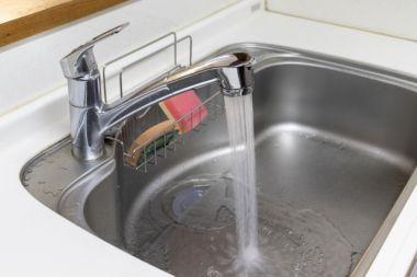 賃貸物件の水漏れトラブル!費用は誰が?保険は使える?